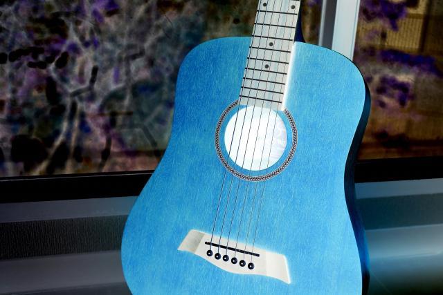 色反転後のギターの画像